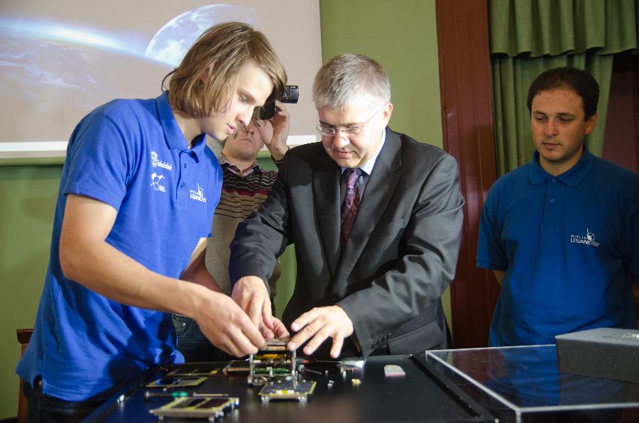 """UAB """"ARCUS NOVUS"""" gen. direktorius Vidmantas Tomkus prie pirmojo lietuviško palydovo"""